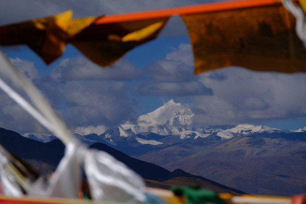 Himalayan range and Tibetan flags