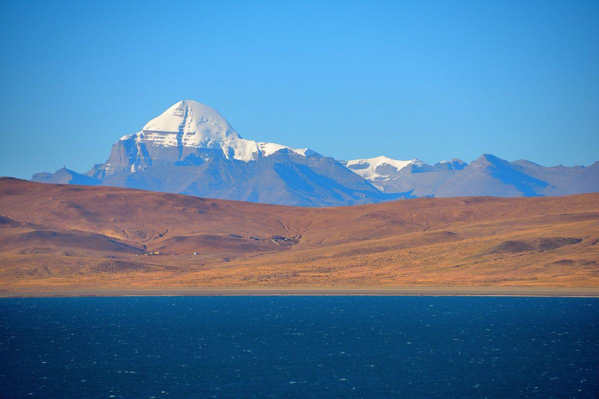 Lake Manasanovar in Tibet surreal view