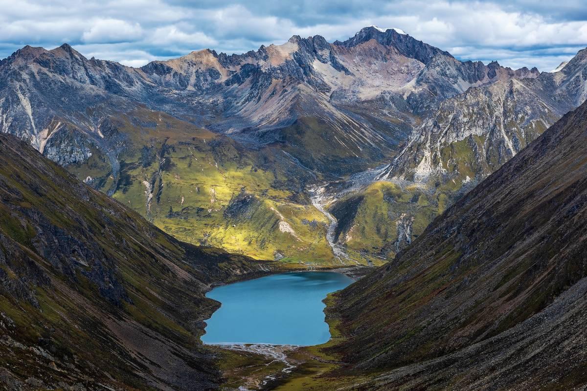 Lhamo La Tso Lake in Tibet with surreal view